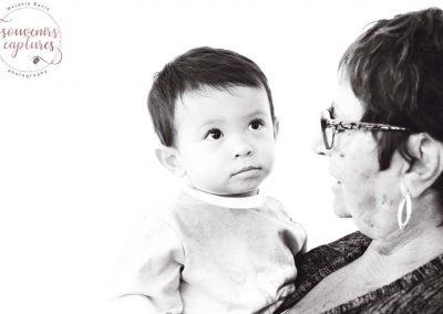 Photo petit garçon en noir et blanc